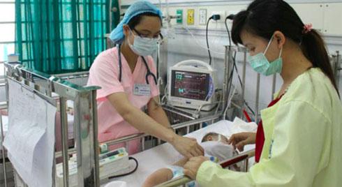Bác sĩ Nhi vạch rõ sai lầm mẹ hay làm khi con mắc bệnh dễ gặp trong thời tiết này