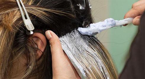 Chuyên gia cảnh báo chị em thích nhuộm hay duỗi tóc có nguy cơ cao bị ung thư vú