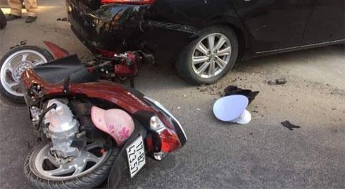 Ô tô húc văng nhiều xe máy, tông sập cổng nhà cán bộ xã ở Thái Bình