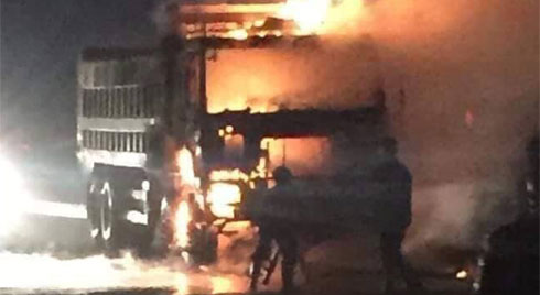 Đâm vào xe tải, người lái xe máy bị thiêu rụi trên cao tốc Hà Nội - Bắc Giang