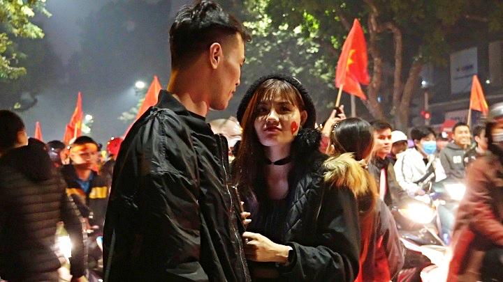 Cặp đôi rạng rỡ check in 'nụ hôn trong bão' mừng chiến thắng Vàng