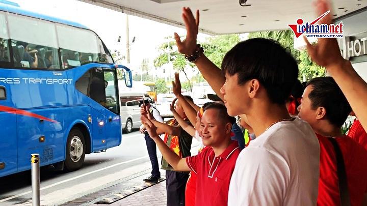 Văn Hậu ôm tạm biệt thầy Park, bịn rịn chia tay đồng đội quay lại Hà Lan