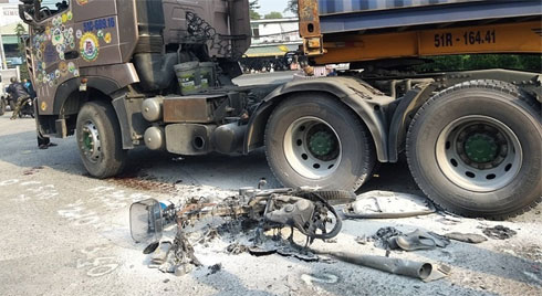 Xe container kéo lê xe máy, bốc cháy ngùn ngụt dưới gầm cầu vượt