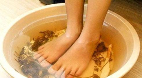 Suýt phải cắt cụt chân sau khi ngâm chân nước nóng, những người này không nên làm theo