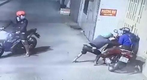 Clip 2 kẻ táo tợn cướp xe máy phụ nữ trên đường Sài Gòn