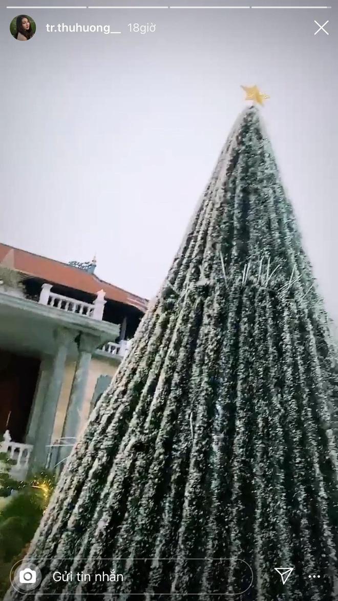 Cô dâu 200 cây vàng khoe trang hoàng nhà cửa dịp Giáng sinh, để lộ chỗ ở là biệt phủ siêu to khổng lồ-2