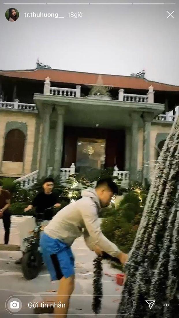 Cô dâu 200 cây vàng khoe trang hoàng nhà cửa dịp Giáng sinh, để lộ chỗ ở là biệt phủ siêu to khổng lồ-3