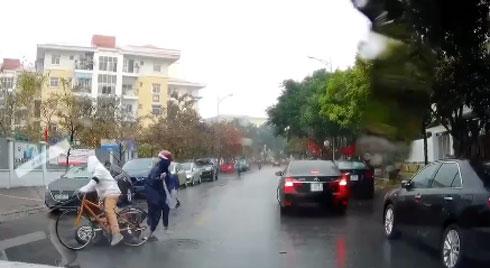 Clip: Cậu bé đạp xe trên đường và pha quay đầu thiếu quan sát khiến nhiều người thót tim