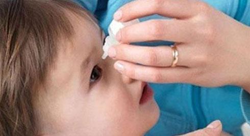 Trẻ bị đau mắt đỏ kiêng gì và ăn gì nhanh khỏi?