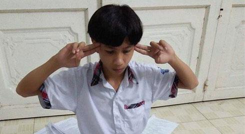 Bước vào mùa thi, học sinh có cách ôn luyện ai nhìn thấy cũng phải quỳ: Đắp mặt nạ Văn, vận công để ghi nhớ kiến thức