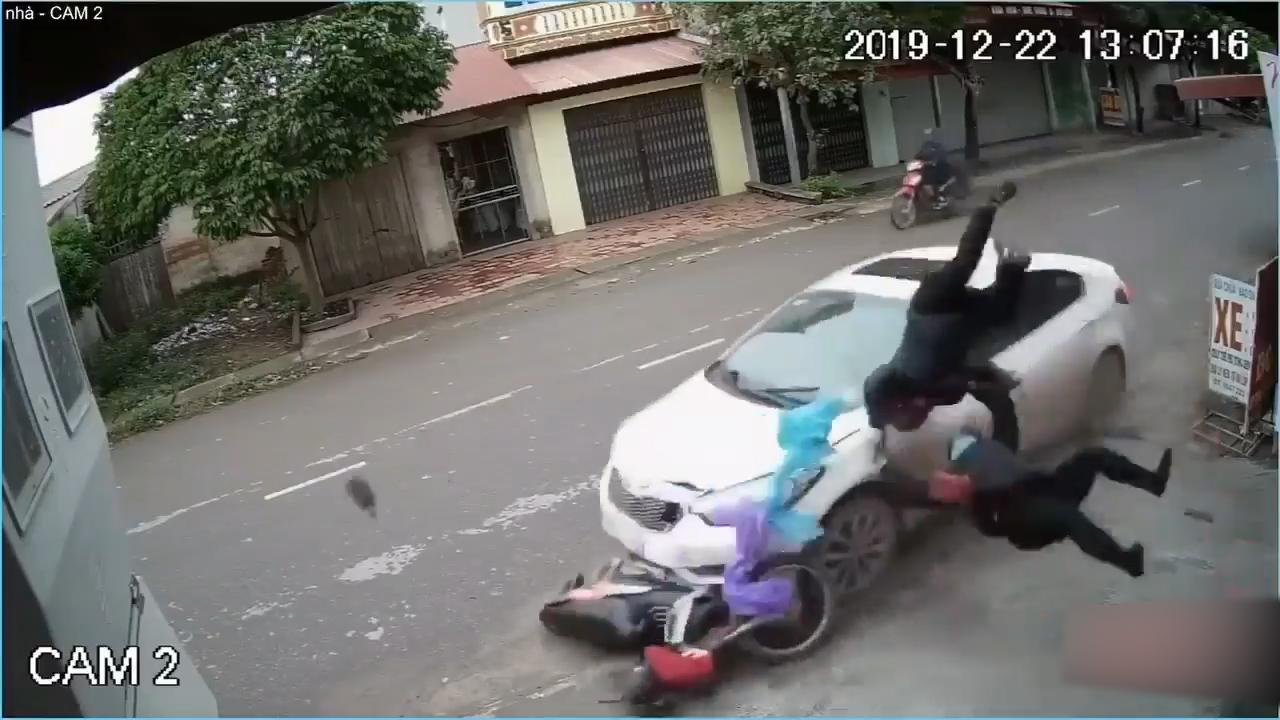Tài xế say rượu lái ôtô lấn làn tông bay 2 người đi xe máy