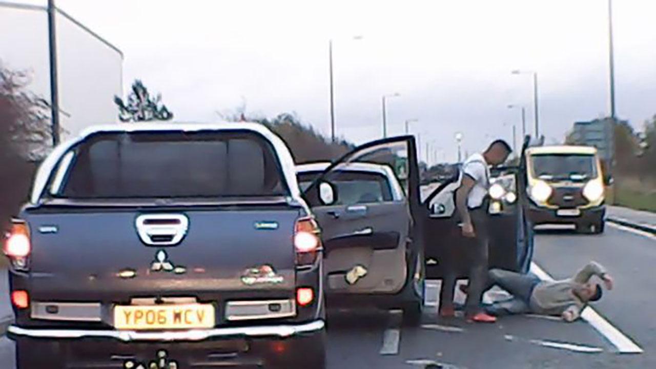 Đấm đá túi bụi tài xế xe phía trước giữa đường và cái kết