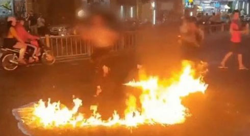 Clip: Cô gái đổ xăng ra giữa đường rồi châm lửa đốt, khói bay đầy mặt vẫn cố uốn éo làm trò