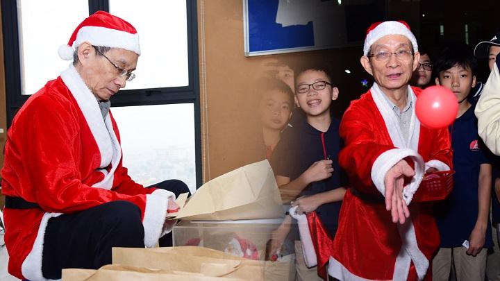 Thầy hiệu trưởng 'hóa' ông già Noel, tự tay gói quà tặng học sinh