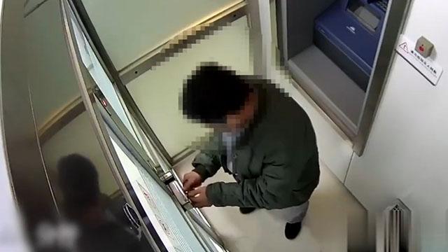Cẩn thận khóa cửa buồng ATM để trộm nhưng…quên cách mở