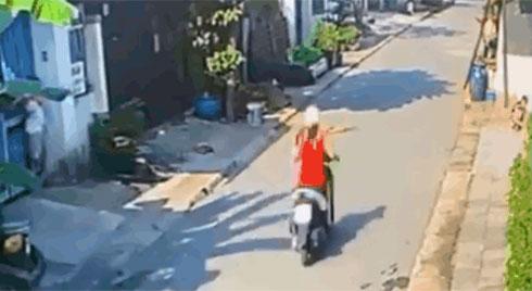 CLIP: Đâm trúng cậu bé đang lao qua đường, cô gái phóng xe chạy một mạch khiến dân mạng kịch liệt tranh cãi