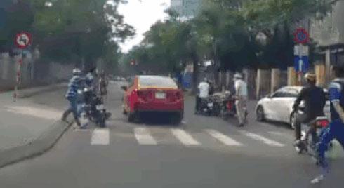 CLIP: Cụ ông mắc kẹt dưới gầm ô tô của nữ tài xế, chục người lao tới nâng xe cứu nạn nhân