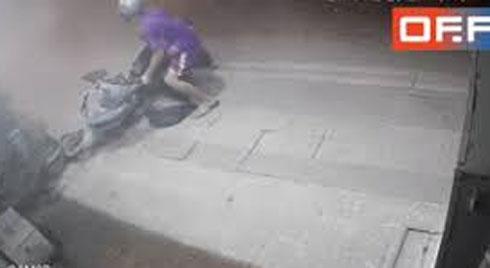 Nam thanh niên chạy xe máy trốn CSGT, phi lên vỉa hè cuống cuồng tìm nơi ẩn nấp