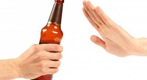 Từ 1/2020, chỉ người đi bộ mới được uống rượu bia trước khi ra đường