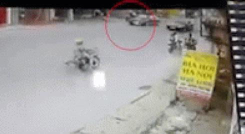 Clip: Mẹ tuột tay, con nhỏ chạy sang đường bị ô tô đâm văng xa hàng chục mét