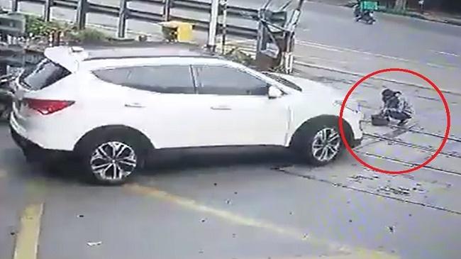 Nữ nhân viên gác chắn bị ô tô băng qua đường sắt 'nuốt chửng'