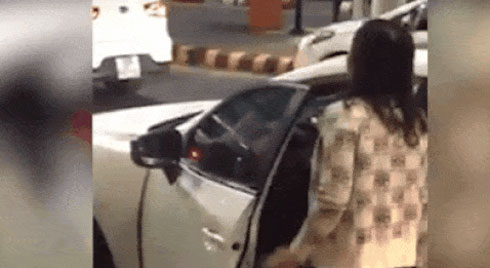 """Nữ tài xế """"cứng"""" quát thanh niên chen xe lên trước: """"Cư xử vô văn hóa"""""""