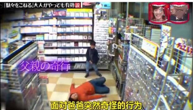 Con nằng nặc đòi mua đồ chơi, bố áp dụng chiêu cao tay nằm lăn ra ăn vạ giữa siêu thị khiến con sợ hết hồn-1