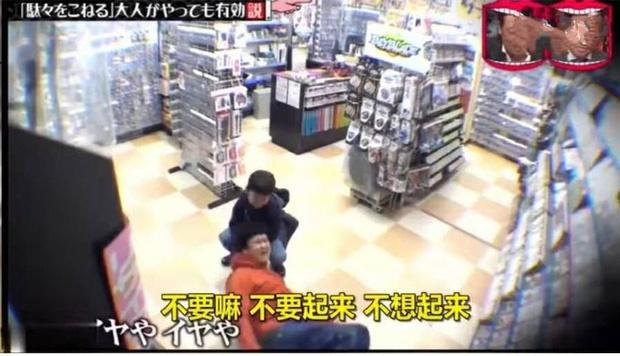 Con nằng nặc đòi mua đồ chơi, bố áp dụng chiêu cao tay nằm lăn ra ăn vạ giữa siêu thị khiến con sợ hết hồn-2