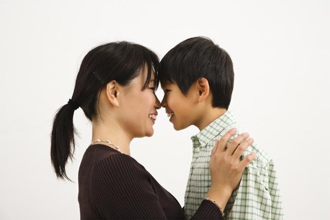 Mẹ thay quần áo trước mặt con trai 9 tuổi, cậu bé nói 1 câu khiến mẹ đỏ mặt vì ngượng-2