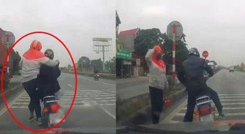 """Clip: Người phụ nữ nhảy ra ngoài khi nghe tiếng ô tô phanh """"cháy đường"""" phía sau"""