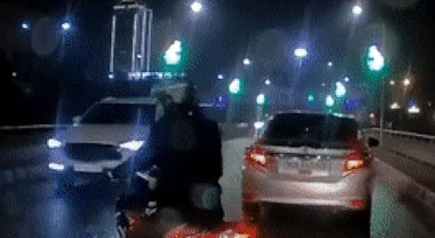Tài xế ôtô, xe máy quay đầu bỏ chạy khi nhìn thấy CSGT