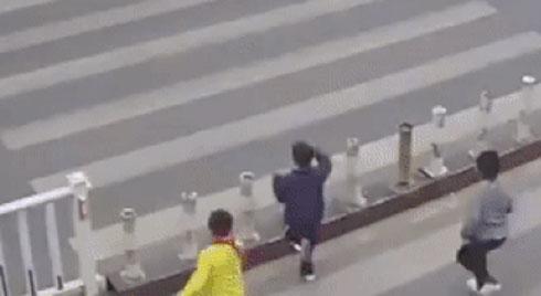 Hai cậu bé bị ôtô đâm vì chạy sang đường quá nhanh