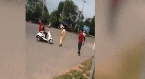 Clip: Bị thổi phạt, thanh niên chạy xe máy nhấn ga húc CSGT, bỏ trốn