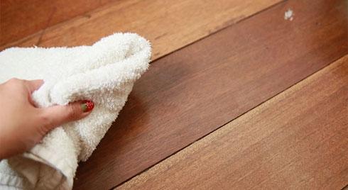 Sàn gỗ sạch bong như mới chỉ cần dùng thứ nguyên liệu giá chưa tới 10 nghìn nhà nào cũng có