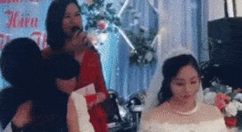 Bỏ mặc cô dâu
