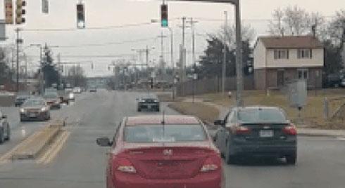 Ôtô cố va quệt với xe khác sau khi tranh giành đường đi