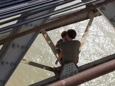 Buồn chán chuyện gia đình, bố ôm con 7 tháng tuổi định tự tử ở cầu Long Biên