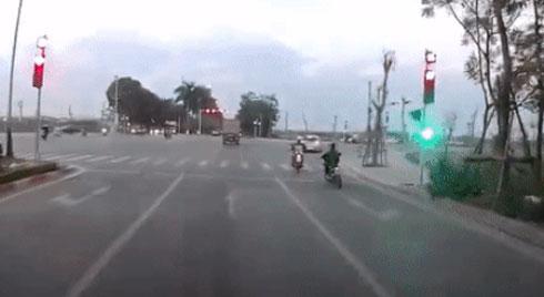 Xe điện vượt đèn đỏ đâm vào xe máy, tài xế ngã ra đường