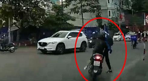 Nam học sinh băng qua đường lao vào xe máy