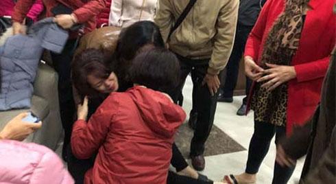 Vụ bé gái 5 tuổi rơi tầng cao chung cư tử vong: Người mẹ gào khóc