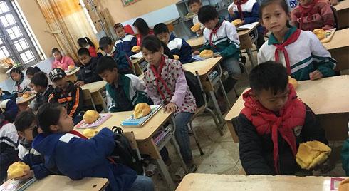 Biết học sinh nghèo chẳng bao giờ được ăn sáng, cô giáo tặng quà  trước kỳ nghỉ Tết khiến ai  rưng rưng