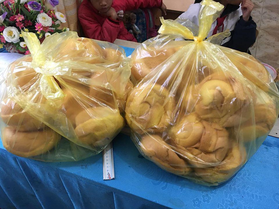 Biết học sinh nghèo chẳng bao giờ được ăn sáng, cô giáo tặng quà  trước kỳ nghỉ Tết khiến ai  rưng rưng-1