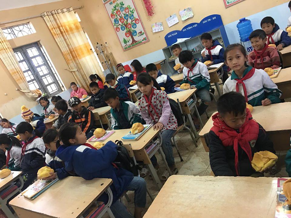 Biết học sinh nghèo chẳng bao giờ được ăn sáng, cô giáo tặng quà  trước kỳ nghỉ Tết khiến ai  rưng rưng-2