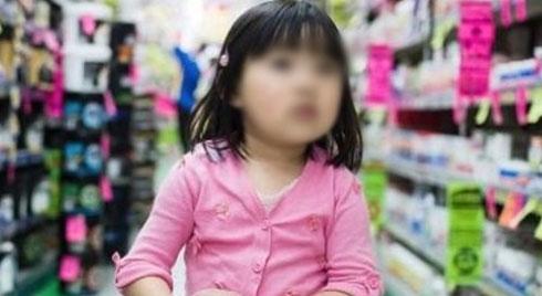 Đi siêu thị ngày giáp Tết, bé gái lỡ bóc gói bánh quy ra ăn, phản ứng của bà mẹ khiến nhân viên xúm lại vỗ tay tán thưởng
