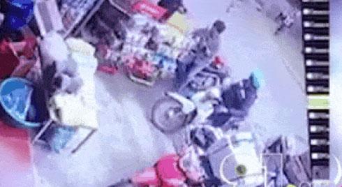 CLIP: Tuột tay anh trai, lao sang cửa hàng tạp hóa, em bé bị xe ben đâm kinh hoàng