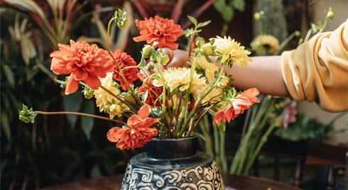 Chỉ cần thấy hoa thược dược là thấy không khí Tết, học ngay bí kíp để cắm loại hoa này nhé các chị em