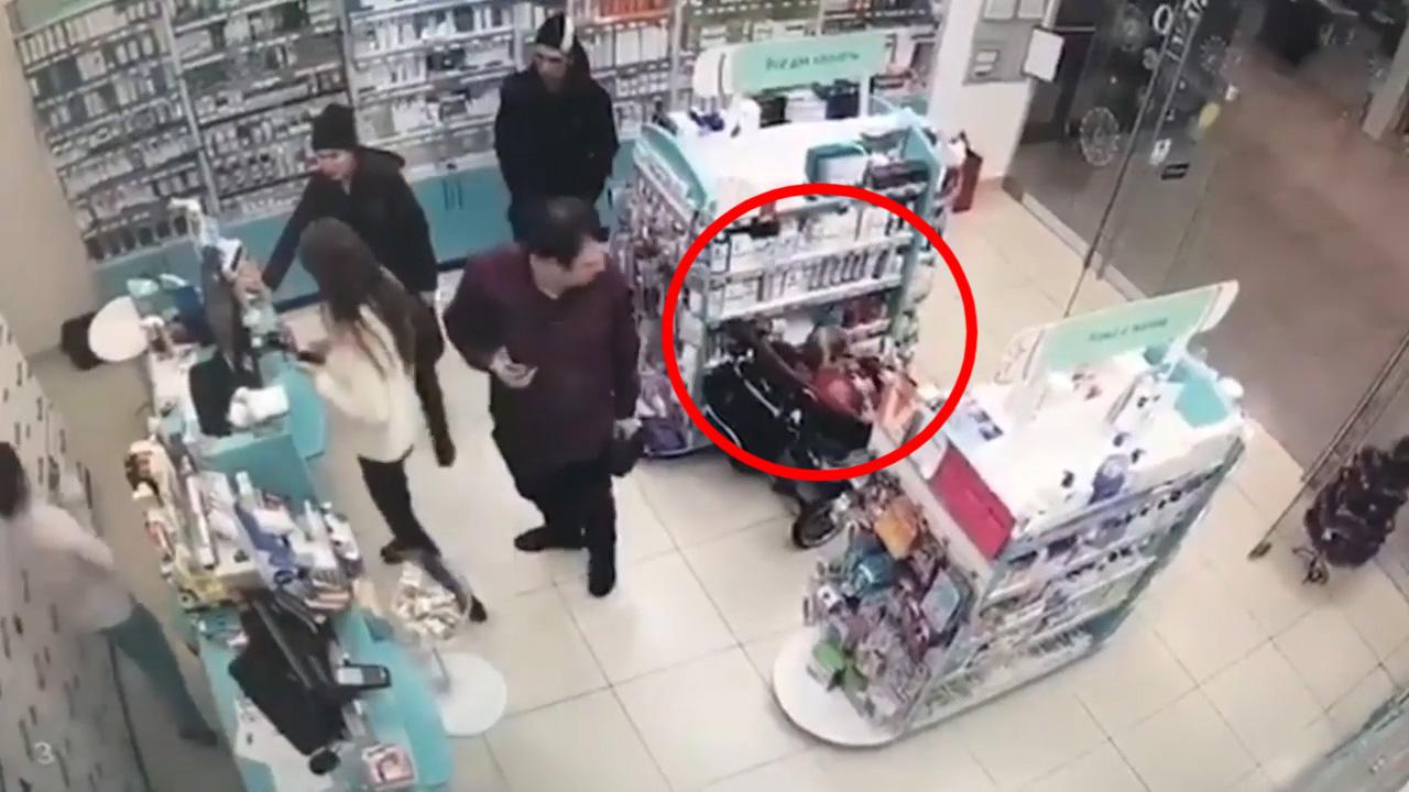 Bố mẹ để con nhỏ liên tục trộm đồ trong siêu thị