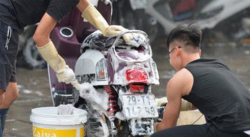 Dịch vụ rửa xe hốt bạc ngày giáp Tết: Ô tô 250k còn xe máy 50k, nhân viên luôn chân tay nhưng khách vẫn xếp hàng dài chờ đến lượt