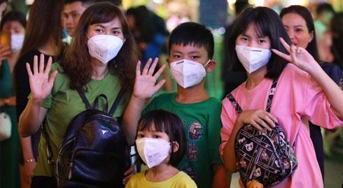 Lo sợ nhiễm virus Corona, hàng loạt người Sài Gòn đeo khẩu trang xuống đường khi đón giao thừa
