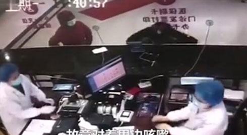 Video người đàn ông Vũ Hán bỏ khẩu trang, ho thẳng vào mặt bác sĩ gây phẫn nộ